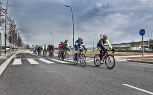 Un grupo de cicloturistas, en su habitual ruta de salida por los alrededores de Barcelona.