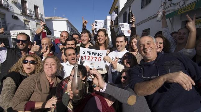 La alcaldesa de Osuna (Sevilla), Rosario Andújar, con otros de los agraciadoscon el segundo premio del sorteo de lotería de Navidad.