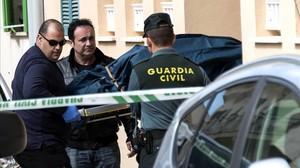La Guardia Civil trasladael cadaver de la joven de 19 años asesinada presuntamente por su pareja, un hombre de 22 años.