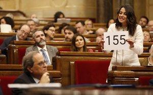 Inés Arrimadas muestra un cartel con el número 155 a Torra, en el Parlament.