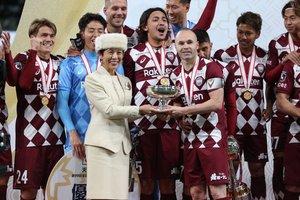 Iniesta recibe la Copa del Emperador, el primer título que gana el Vissel Kobe en su historia.
