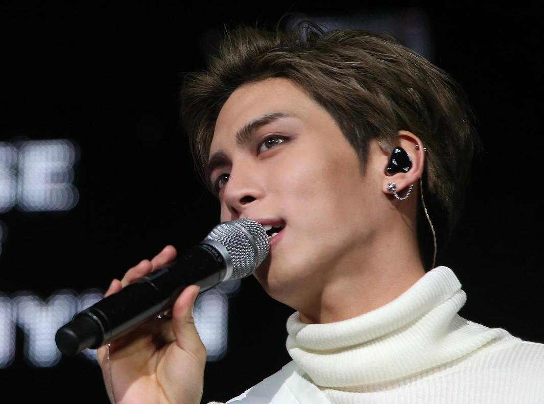 SE10. SEÚL (COREA DEL SUR), 18/12/2017.- Fotografía sin fecha específica de Kim Jong-hyun, conocido como Jonghyun, del grupo de K-pop masculino SHINee, durante un concierto. Jonghyun, integrante de la banda de chicos más grande de Corea del Sur, SHINee, murió hoy, lunes 18 de diciembre de 2017, en un aparente suicidio. El cantante de 28 años fue encontrado inconsciente en un apartamento alquilado en Seúl, donde los investigadores encontraron encendedores de carbón quemados en una sartén. EFE/YONHAP/PROHIBIDO SU USO EN COREA DEL SUR