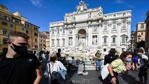 Un grupo de turistas en la Fontana deTrevi Fountain, en Roma, este viernes.