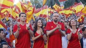 De izquierda a derecha, Albert Rivera, Inés Arrimadas, Juan Carlos Girauta y Carina Mejías, este viernes, frente a la pantalla instalada por Ciudadanos en Arc de Triomf.