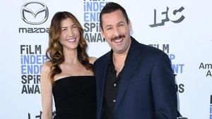 Jackie Sandler y Adam Sandler en la entrada delos Spirit Awards
