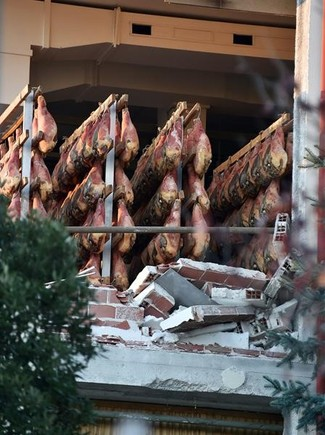 Jamones al descubierto en una empresa afectada por los terremotos en la localidad italiana de Norcia.