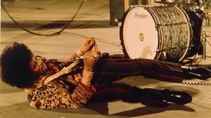 Jimi Hendrix, desbocado con su guitarra.
