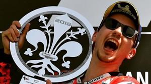 Jorge Lorenzo (Ducati) celebra, eufórico, en el podio de Mugello su primer triunfo de la temporada.