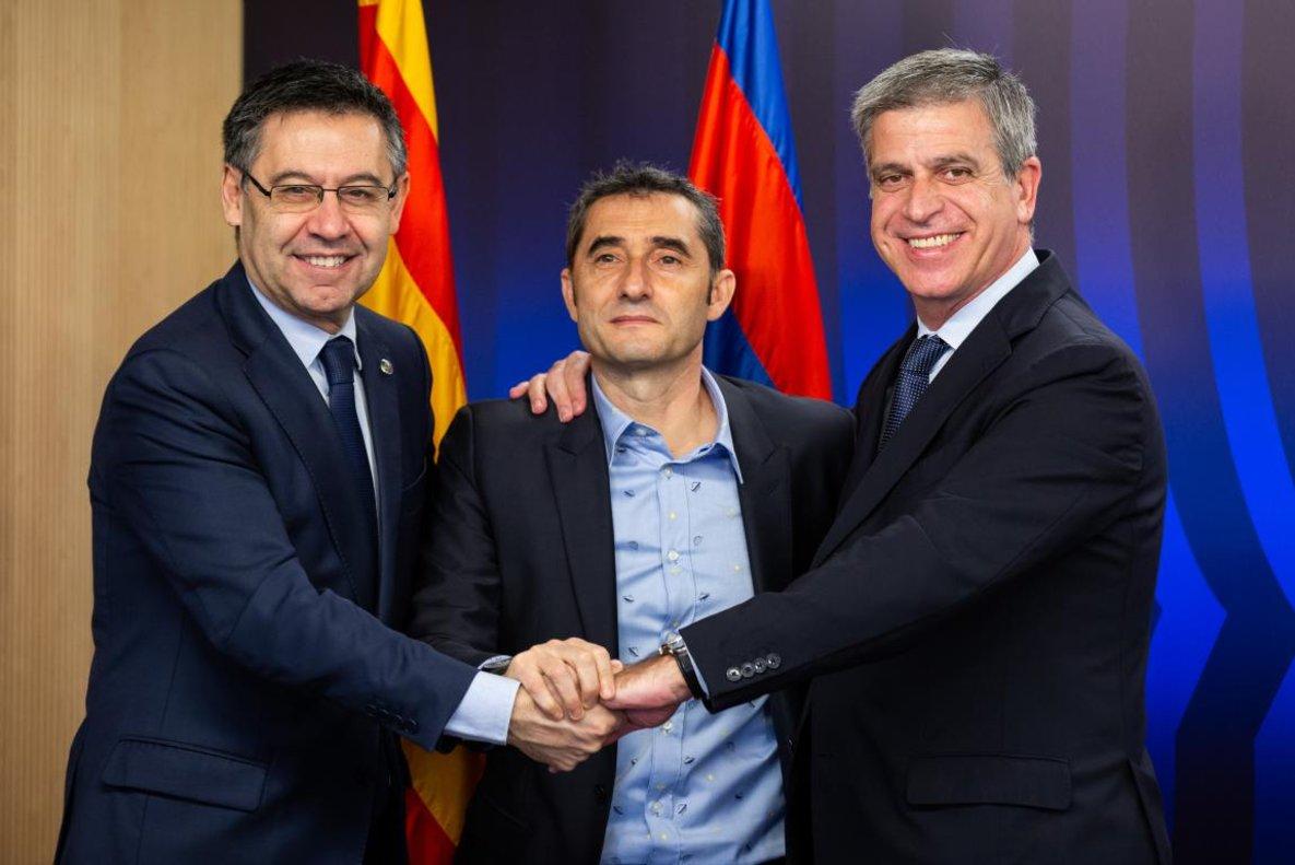 Josep Maria Bartomeu, Ernesto Valverde y Jordi Mestre, tras la renovación del técnico azulgrana.