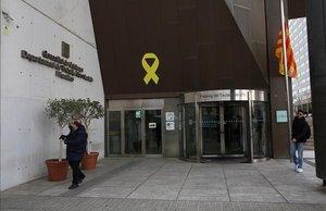 Un lazo amarillo en la fachada de la Conselleria de Treball.