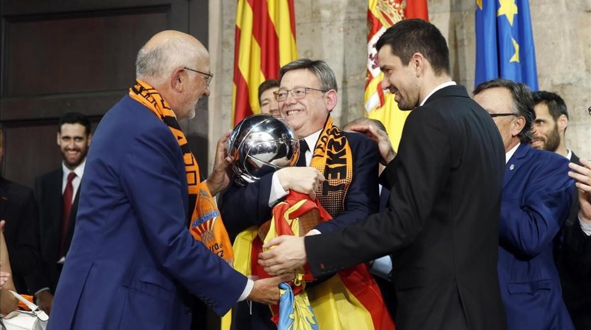 Juan Roig, propietario del club, y Rafa Martínez, capitán del equipo, ofrecen el trofeo a Ximo Puig, presidente de la Generalitat valenciana.