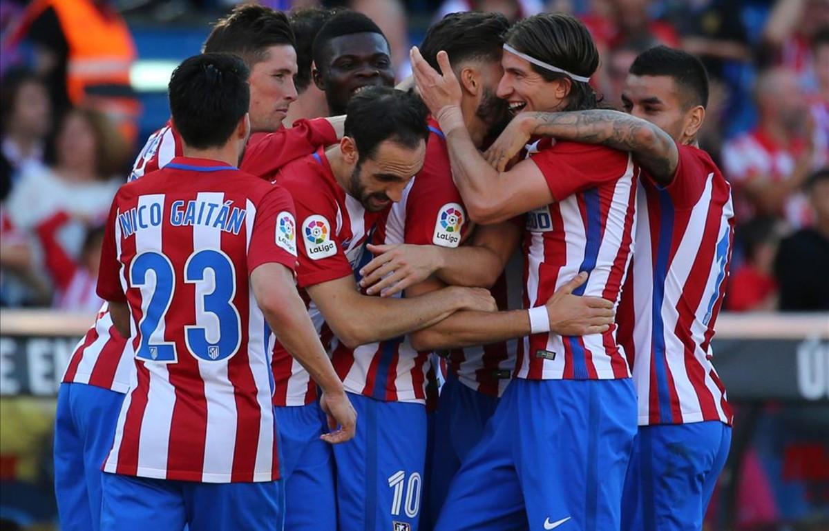 Jugadores del Atlético abrazan a Carrasco tras el primer tanto del jugador belga.