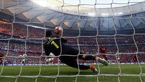 El lanzamiento de penalti de Salah pasa rozando el cuerpo de Lloris para convertirse en el 0-1.