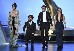 Lena Headey, Peter Dinklage, Kit Harington y Emilia Clarke, de 'Juego de Tronos', en la gala de los Emmy.
