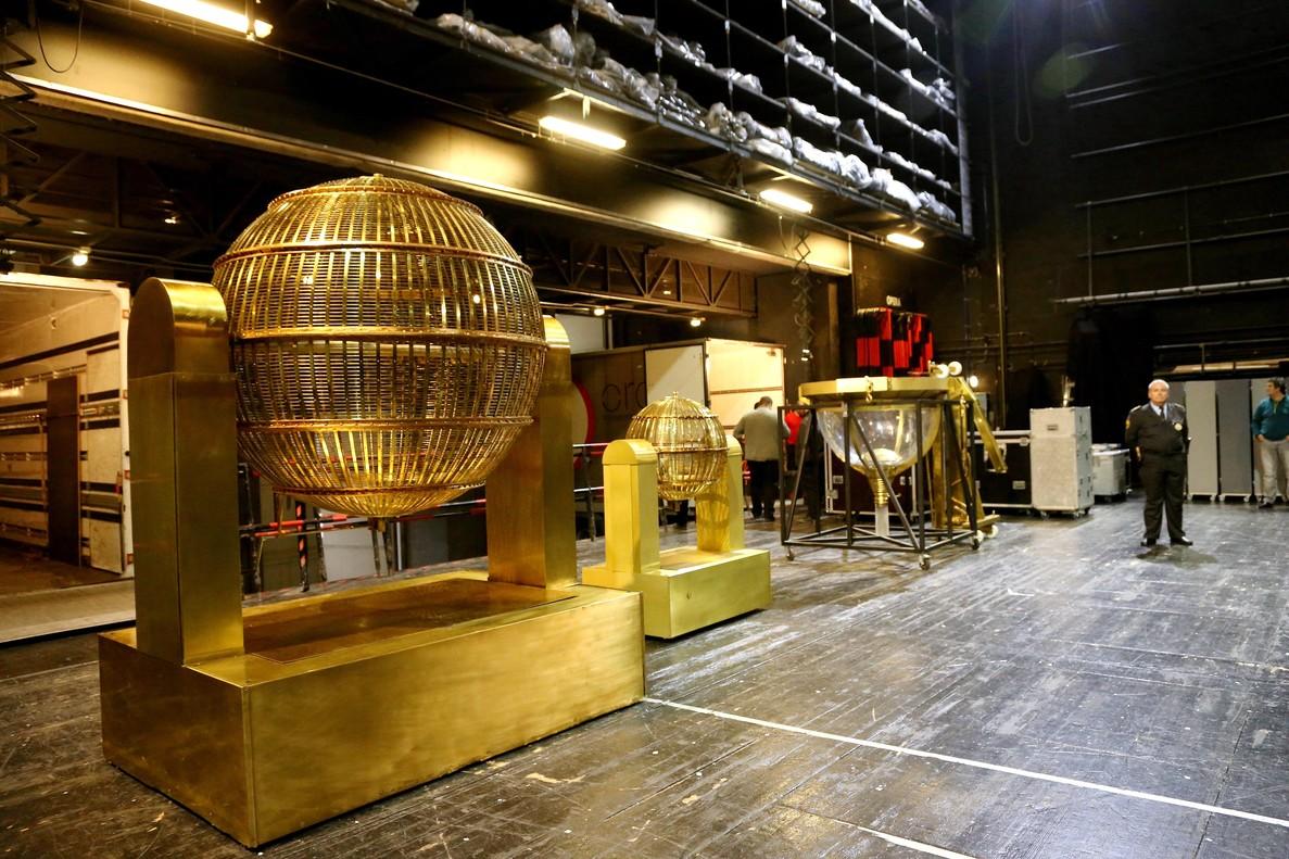 Llegada de los bombos de la Loteria de Navidad al Teatro Real de Madrid.