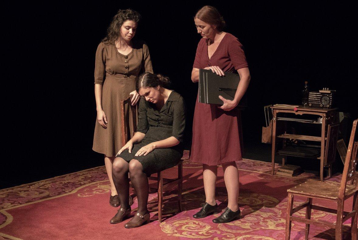 Tres actrices interpretan a las distintas mujeres representadas.