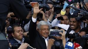 López Obrador tras depositar su voto en un colegio electoral en la ciudad de México.
