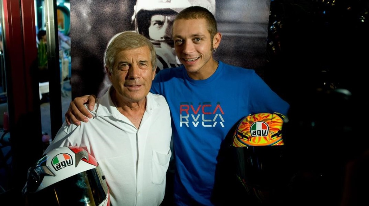 Los campeonísimos italianos Giacomo Agostini y Valentino Rossi, en una imagen de hace siete años.