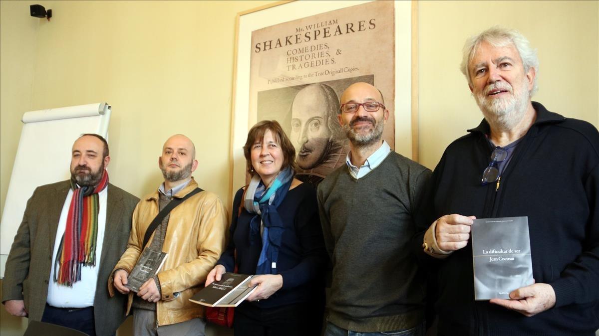 Los editores de Quid Pro Quo Gracià Sánchez y Toni Xumet (primero y cuarto por la izquierda) junto a los traductores Antoni Clapés, Dolors Udina y Jordi Mas.