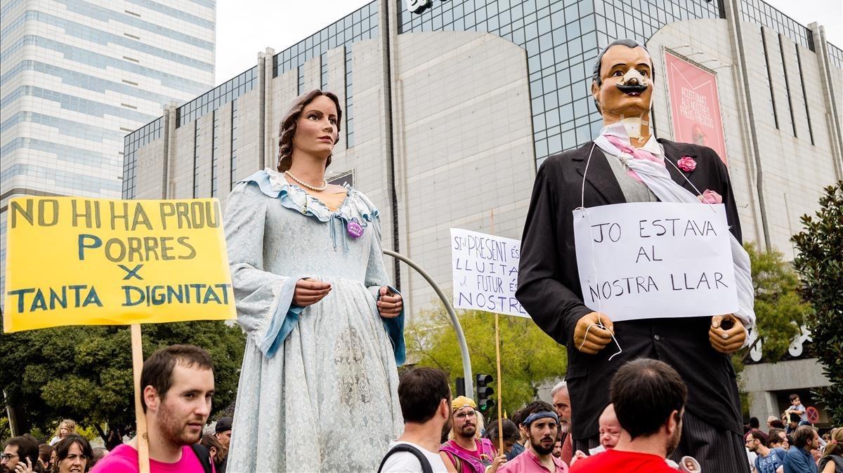 Los gigantes de Sabadell se han añadido a la protesta en el eje comercialFrancesc Macià.