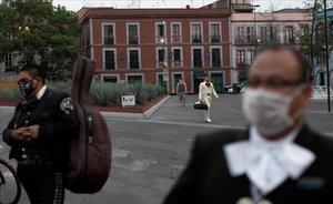 Los mariachis esperan la llegada de clientela en la Plaza Garibaldi de Ciudad de México.