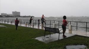 Los más curiosos y atrevidos se han acercado a Miami Beach horas antes de la llegada de Irma.