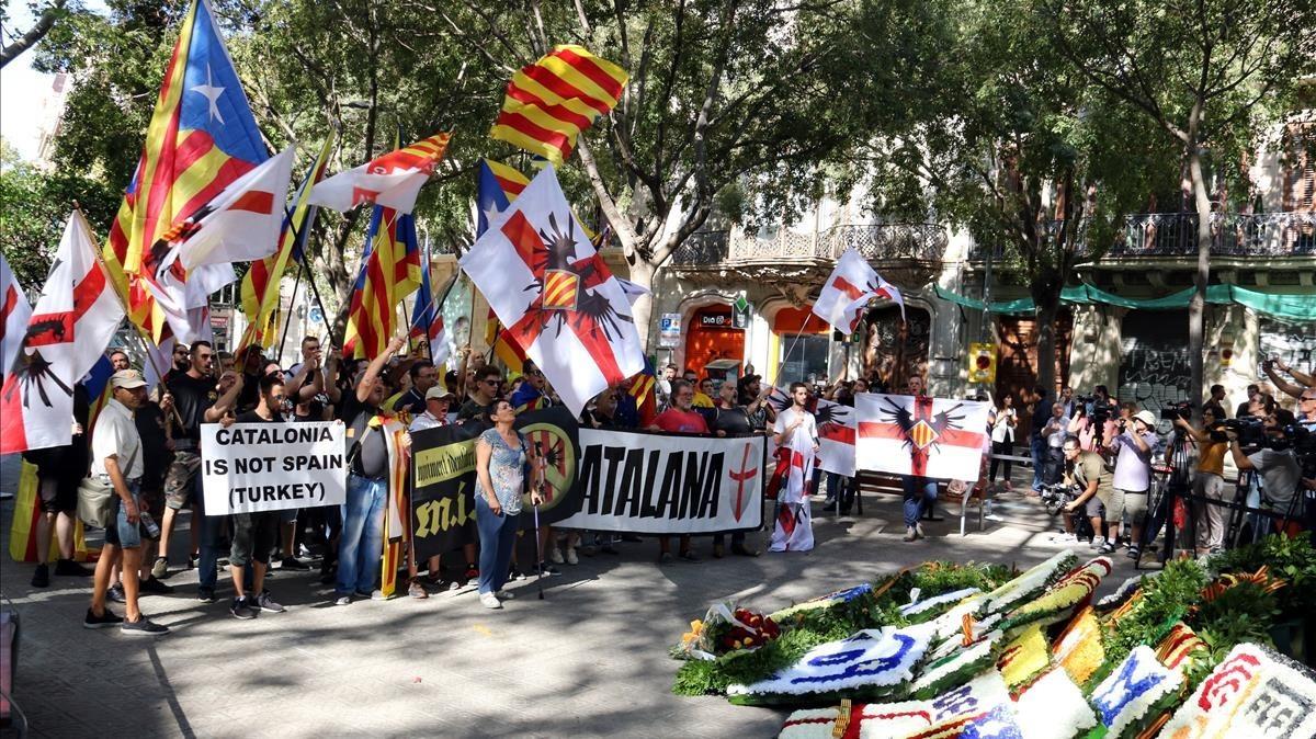 Los miembros de Moviment Identitari Català, durante su ofrenda al monumento a Rafael Casanova.