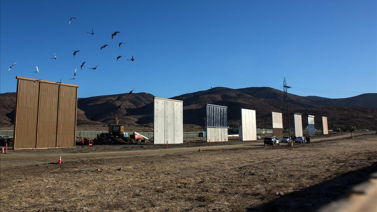 Los ocho prototipos para construir el muro de México, levantados en las afueras de San Diego, vistos desde Tijuana (México).