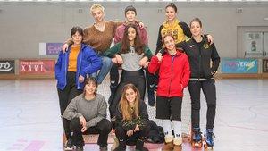 De izquierda a derecha, las protagonistas de la serie de TV-3 Les de lhoquei: Natalia Barrientos y Júlia Gibert, sentadas; Iria del Río, Yasmina Drissi, Asia Ortega y Nora Navas, de pie, y Claudia Riera, Mireia Oriol y Delia Brufau (sobrela portería).