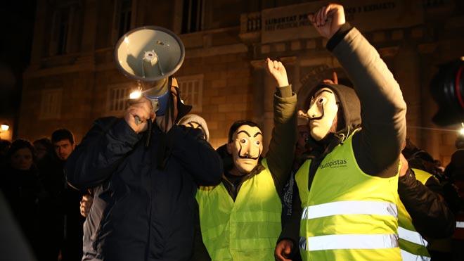 Los taxistas llegan a la plaza de sant Jaume, para concentrarse ante el Palau de la Generalitat.