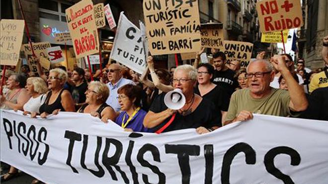 Los vecinos de Barceloneta contra los pisos turisticos y el turismo de borrachera