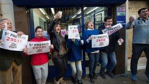 Personas celebrando uno de los números premiados en la Lotería de Navidad.