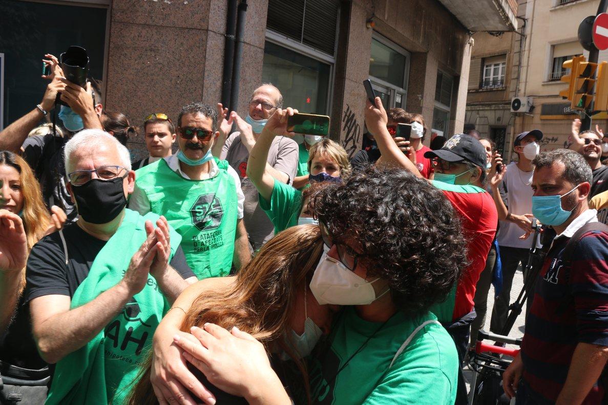 Dos mujeres se abrazan tras parar undesahucio aún en plena pandemia.