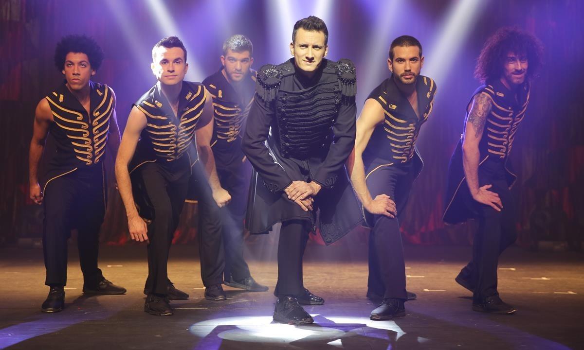 El Mag Lari junto a su elenco de bailarines.