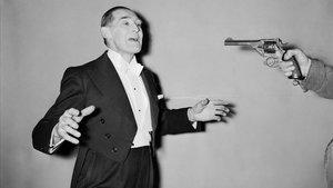 El mago George Grimmond ejecuta el truco de la bala.