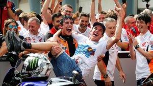 Marc Márquez levanta a su hermano Àlex, tras el segundo puesto conseguido por el mayor en MotoGP.