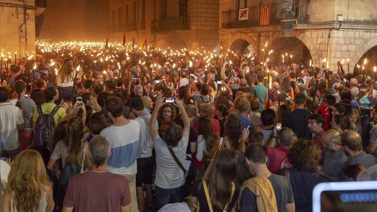 Marcha de antorchas en Girona para conmemorar el 1-O, el pasado martes