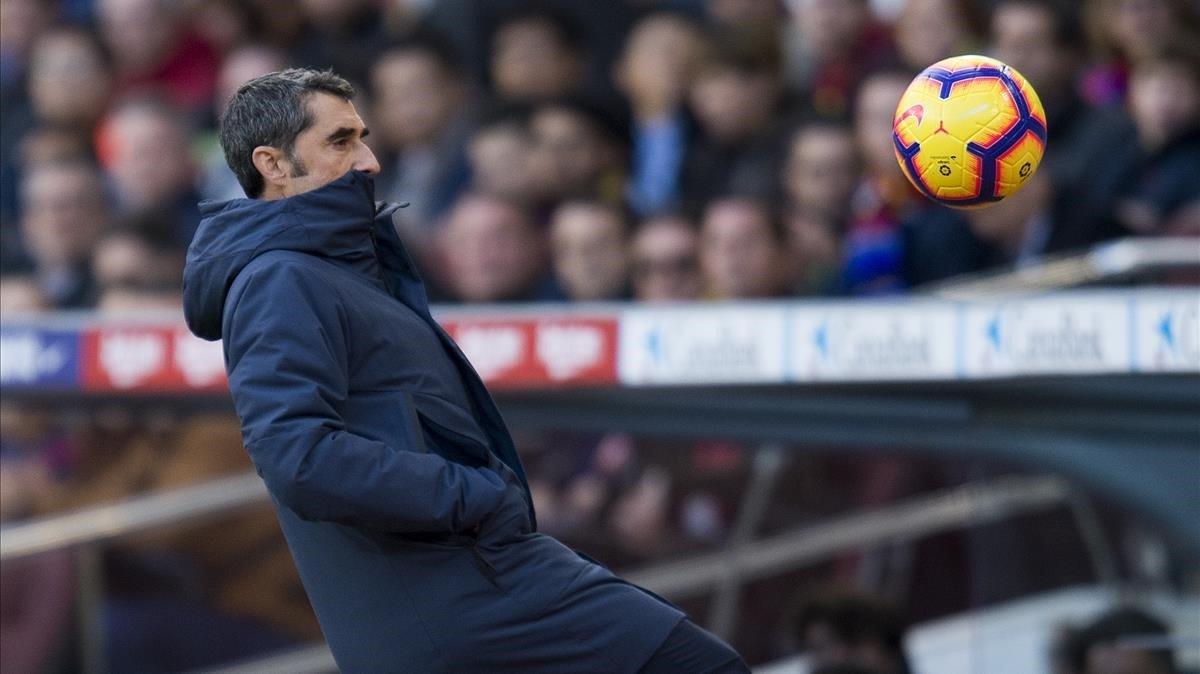 Valverde devuelve un balón desde la banda en el clásico del 28 de octubre del 2018.