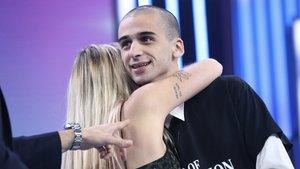 María abrazando a Pablo, su novio, en el plató de OT 2018.
