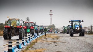 Marxa Pagesa 8Una de las columnas de tractores, ayer en Terrassa.