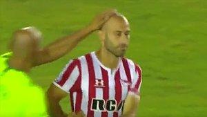 La desesperación de Mascherano después de fallar el penalti.