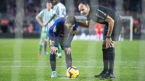 Mateu Lahoz parece dar indicaciones a Leo Messi antes del lanzamiento del penalti en el Barça-Betis.