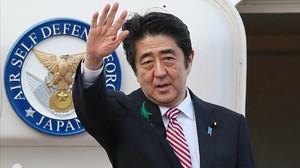 Críticas al primer ministro japonés por un vídeo alertando del coronavirus tomando el té