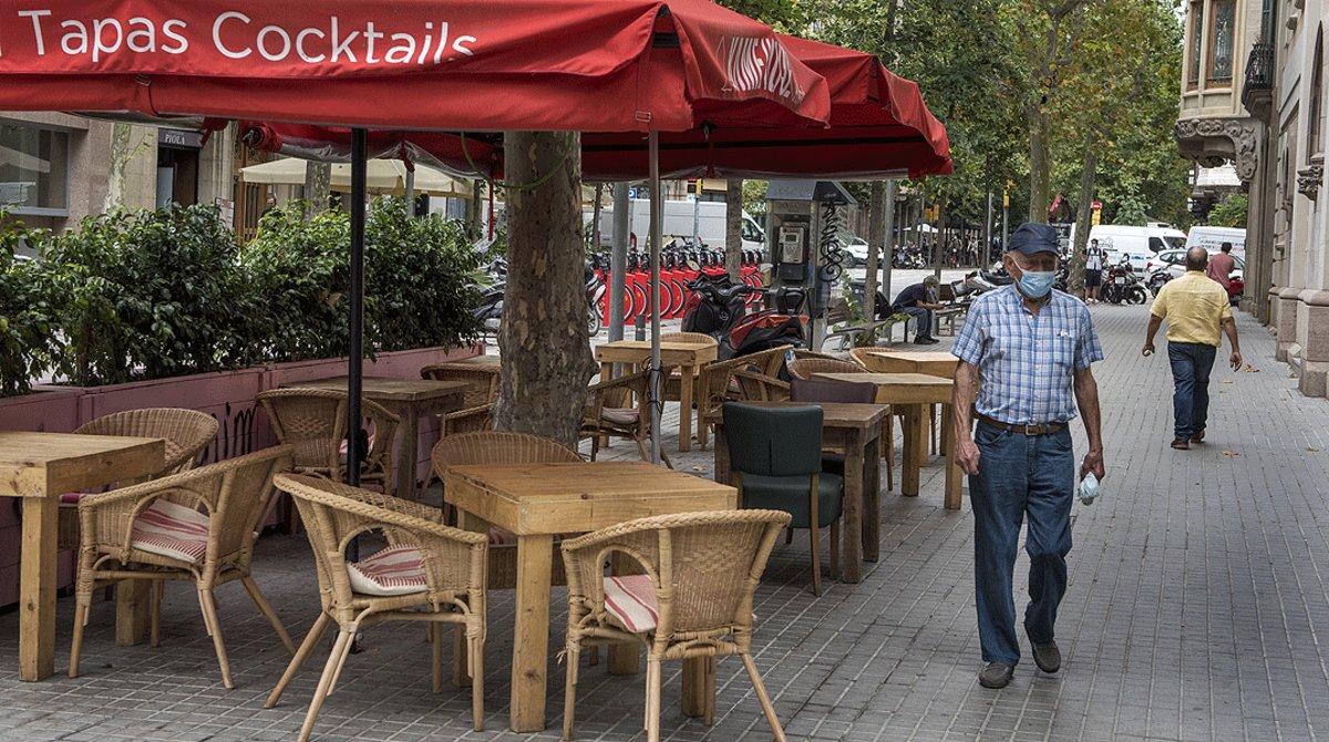 Mesas vacías en una terraza de la calle de Enric Granados, el viernes 17 de julio.