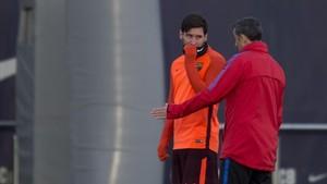 Messi conversa con Valverde en el último entrenamiento previo al duelo con el Chelsea.
