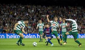 Messi empuja suavemente el balón a la red rodeado de rivales en el cuarto gol del Barça ante el Eibar.