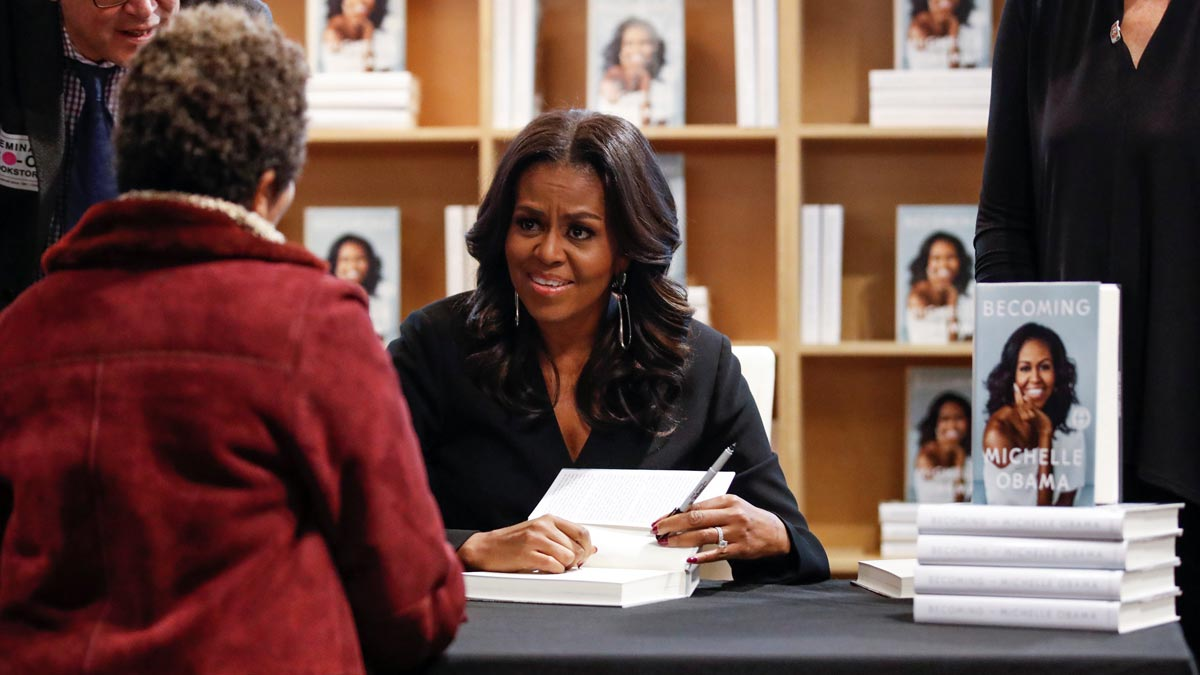Michelle Obama firma ejemplares de su libro Becoming.