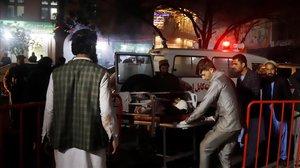Miembros de los servicios de emergencia transportan en camilla a un herido en el ataque suicida en Kabul.