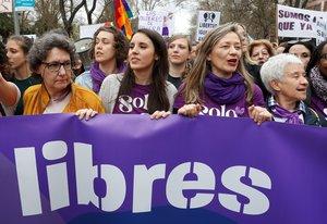 La ministra de Igualdad, Irene Montero (segunda por la izquierda) y la delegada del Gobierno contra la Violencia de Género, Victoria Rosell (segunda por la derecha), en la manifestación por el Día de la Mujer, el pasado 8 de marzo en Madrid.