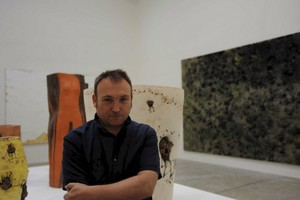 Miquel Barceló, junto a algunas de sus obras, en una imagen de archivo.